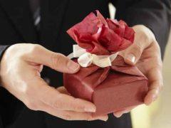 Czy bardziej lubimy dostawać czy dawać prezenty?